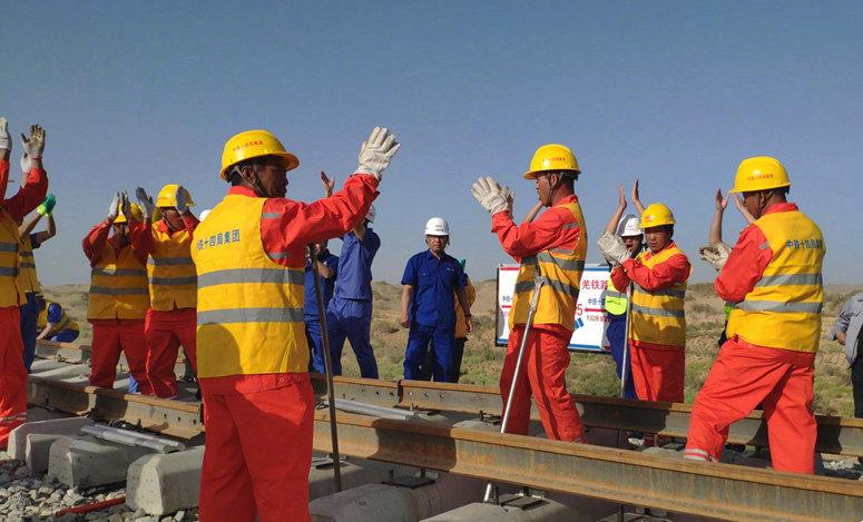 铺轨完成!环塔克拉玛干沙漠铁路线正式闭环