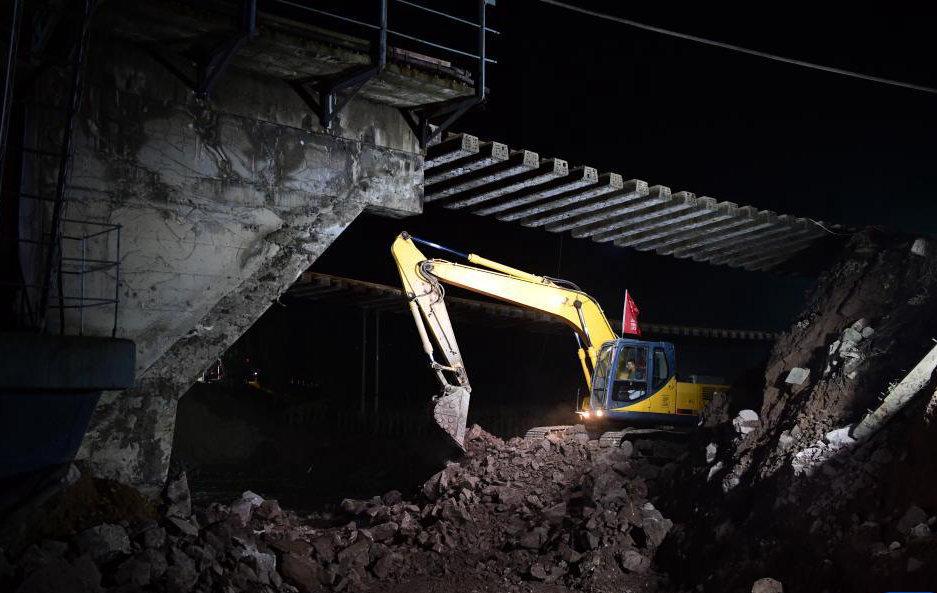 山西境内南同蒲铁路昌源河大桥加紧抢修