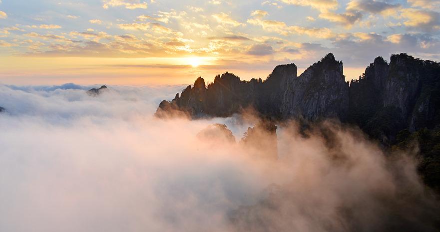 安徽黄山:秋日云海披霞光