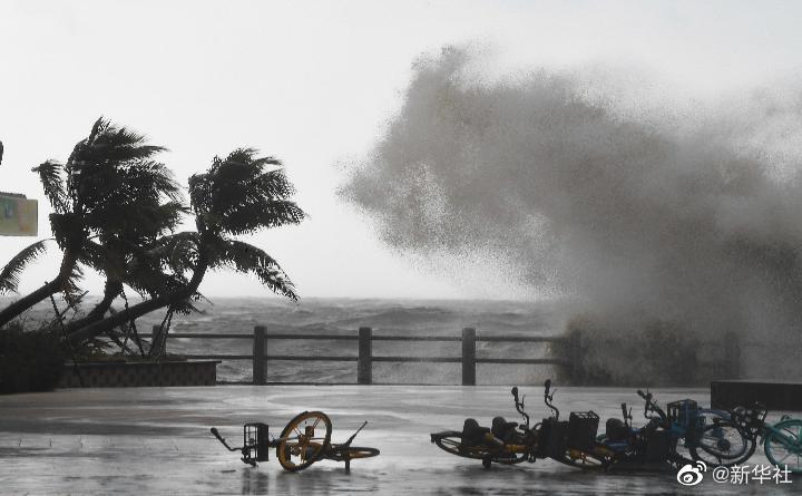"""台风""""圆规""""在海南省琼海市博鳌镇沿海登陆"""